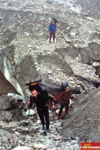 Alpiniści wspinają się między skałami