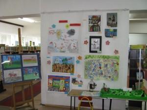 Ściana wystawowa z pracami uczestników