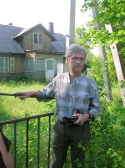 Kazimierz Orłoś przed domem
