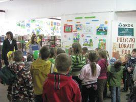 Dzieci słuchają wypowiedzi organizatorów