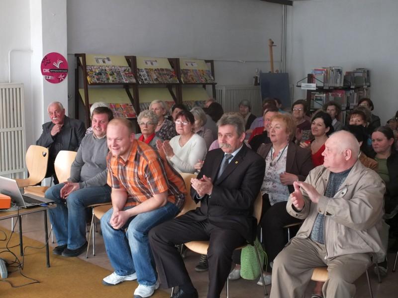 Uczestnicy warsztatów siedzą na krzesłach, wśród nich przedstawiciel władz samorządowych