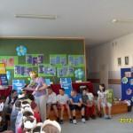 Uczniowie zgromadzeni w sali szkolnej