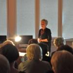 Aktorka stoi przed publicznością