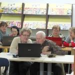Seniorzy przy laptopie