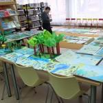 Prace plastyczne wyłożone na stołach