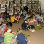 Dzieci eksperymentują z liśćmi
