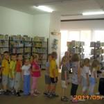 Dzieci w rządku czekają na naklejenie identyfikatora