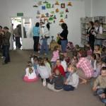 Dzieci oglądają wystawę zabawek