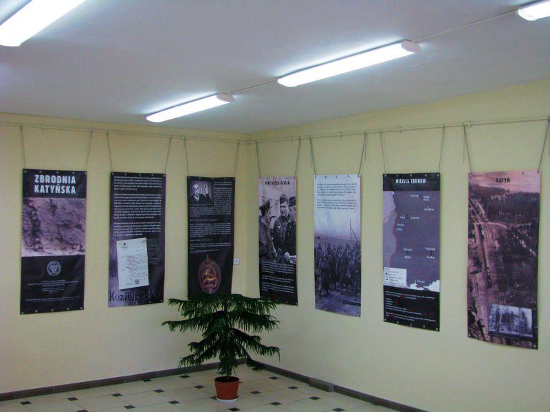 Plakaty wyszczególniające miejsca mordowania Polaków przez Sowietów