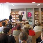 Autor i dyrektor biblioteki przed zgromadzoną publicznością