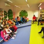 Dzieci słuchają o bajkach i legendach