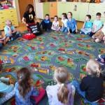 Dzieci siedzące na dywanie