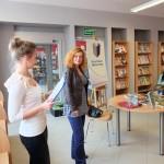 Autorka i pracownik biblioteki na rozpoczęciu imprezy