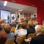 Autor i dyrektor biblioteki przed zgromadzonymi gośćmi