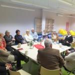 Uczestnicy siedzą wokół stołu