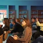 Goście siedzą i oglądają film