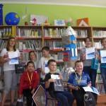 Zdjęcie grupowe laureatów z pracownikiem biblioteki