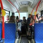 Młodzież podróżuje autobusem miejskim