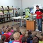 Akwarysta wyjaśnia dzieciom jak zbudować akwarium