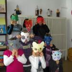 Dzieci ubierają własnoręcznie zrobione kocie maski