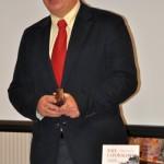 Zbigniew Chojnowski ze swoją książką głoszący wykład