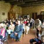 Uczestnicy siedzą na sali w zamku