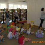 Dzieci uczestniczą w wykładzie o badaniach przyrodniczych