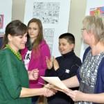 Dyrektor biblioteki wręcza dyplomy autorom wystawy