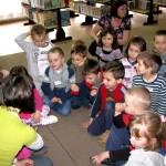 Pani Agata zapoznaje dzieci z własną twórczością