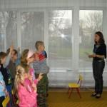 Dzieci składają uroczystą przysięgę pasowania na czytelnika