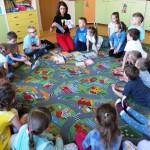 Dzieci słuchające o książkach Grzegorza Kasdepke