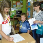 Dzieci podpisują prace