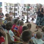 Dzieci siedzą, autorka czyta im książkę