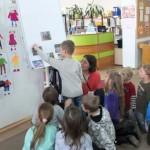 Dzieci wykonują zadania przygotowane przez prowadzącą