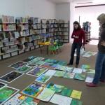 Komisja konkursowa ocenia prace wyłożone na podłodze