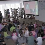 Dzieci oglądają projekcję filmu