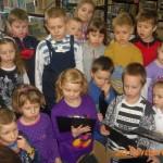 Dzieci oglądają narzędzia badawcze