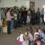 Dzieci słuchają wypowiedzi autorów wystawy