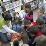 Pani Agata masująca dzieci podczas czytania wierszyków