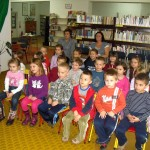 Dzieci siedzą na krzesełkach