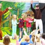 Dzieci na scenie z aktorem