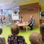 Autor z żoną sziedzą przy stole, na którym ułożono książki