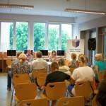 Goście siedzą i słuchają autora i bohaterki książki