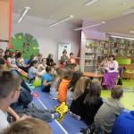 Dzieci słuchają recytacji książki przez autorkę