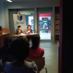 W oddali aktorki grają siedząc przy stole