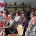 Uczestnicy projektu oglądają prezentację, wśród nich siedzi dyrektor biblioteki