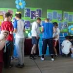 Uczniowie wykonują zadania przy planszach
