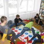 Dzieci grają w grę Twister