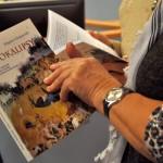 """Uczestnicy czytający """"Raje i apokalipsy"""" autorstwa Zbigniewa Chojnowskiego"""