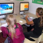 Dzieci korzystają z komputerów rysując różne obrazki w Paint'cie i w innych programach